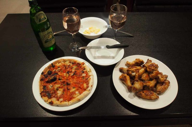 テカポで買った冷凍のピザとバッファローチキン