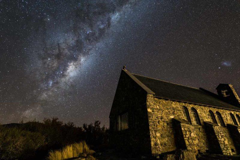 善き羊飼いの教会と星空の風景