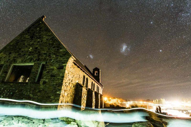 善き羊飼いの教会と大小マゼラン星雲