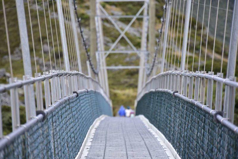 吊り橋を渡っている風景