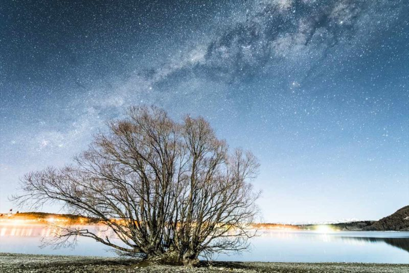 月明りで照らされた天の川の風景