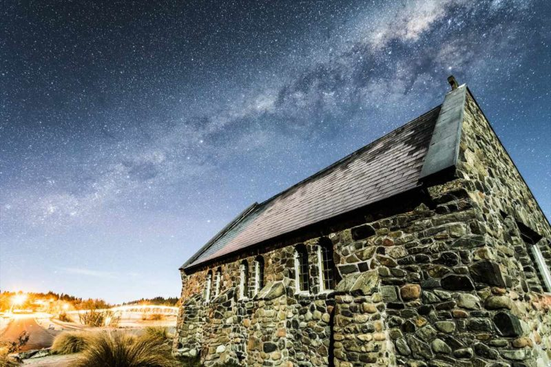 誰もいない善き羊飼い会の教会と満天の星空