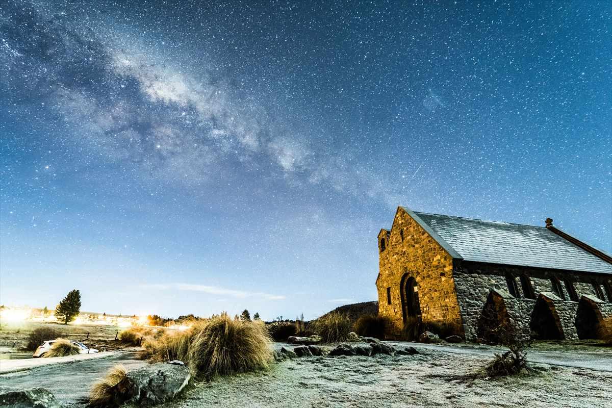 羊飼いの教会と天の川、そして流れ星の風景