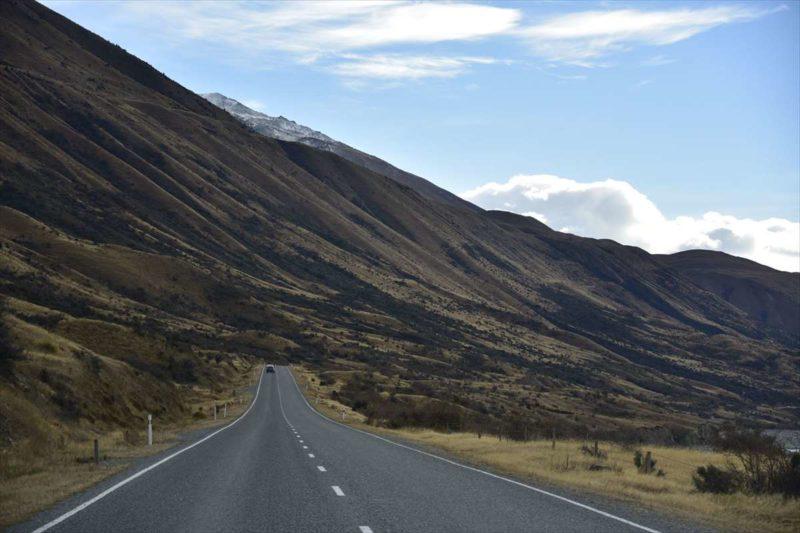 山に沿うように進む道