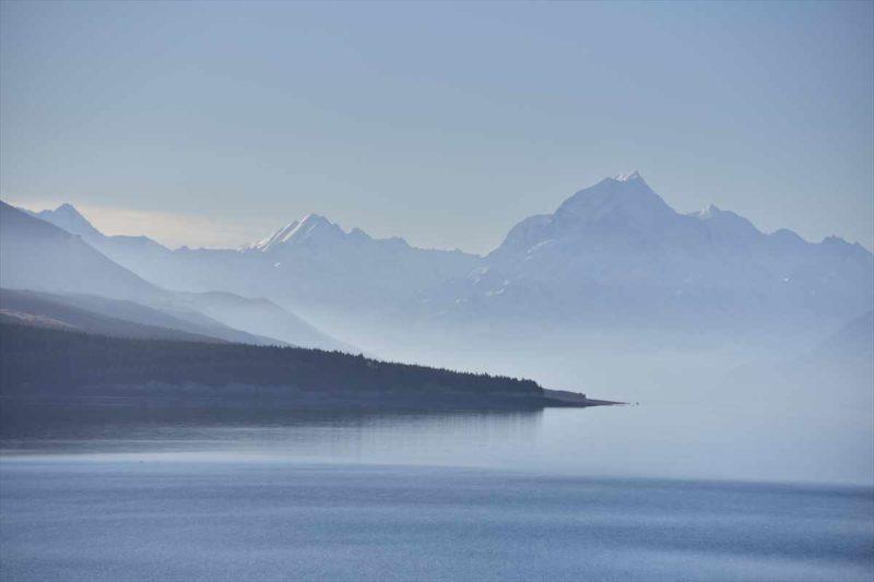 プカキ湖の奥に見えるマウント・クック