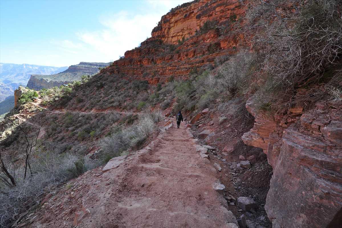 3マイルの小屋付近のトレイルの風景、周りは大渓谷の岩に挟まれた風景