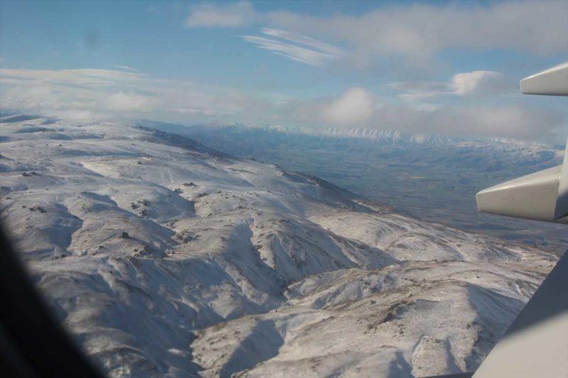 飛行機の窓から見えるニュージーランドの雪山