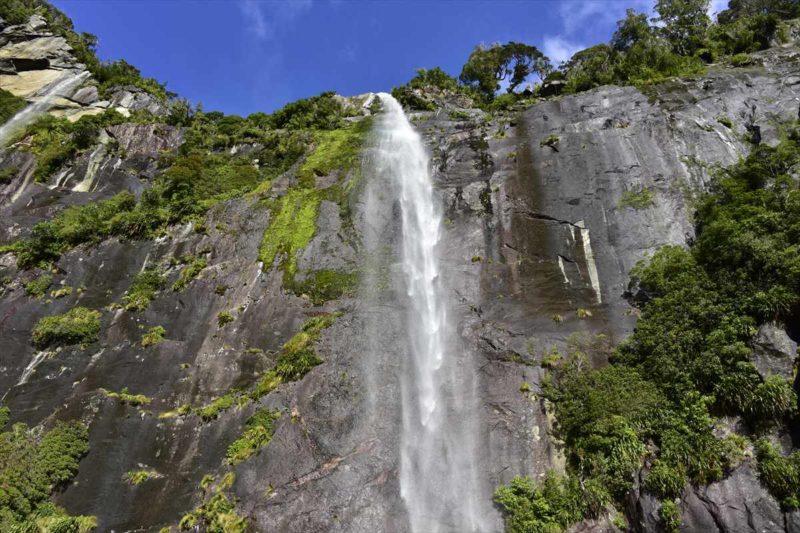 岩の隙間から流れる滝