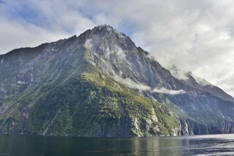 氷河の爪痕が色濃く残る巨大な岩山