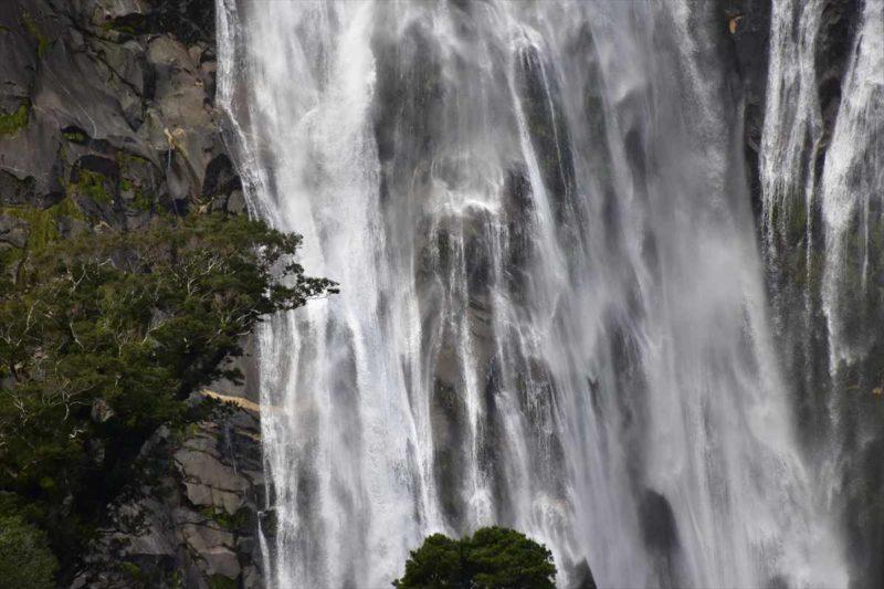 絶壁の岩山から流れる出る滝