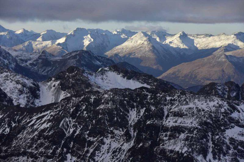 セスナ機から見る険しい岩山の風景