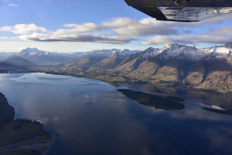 セスナ機から見たワカティプ湖と山の風景