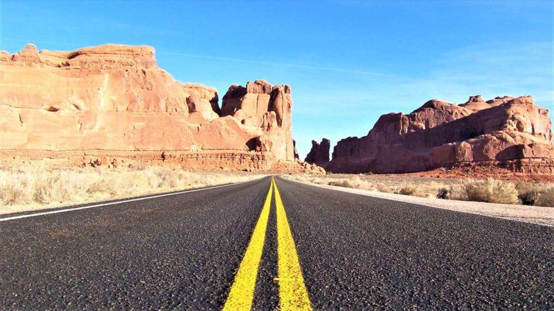 道路の真ん中からの風景