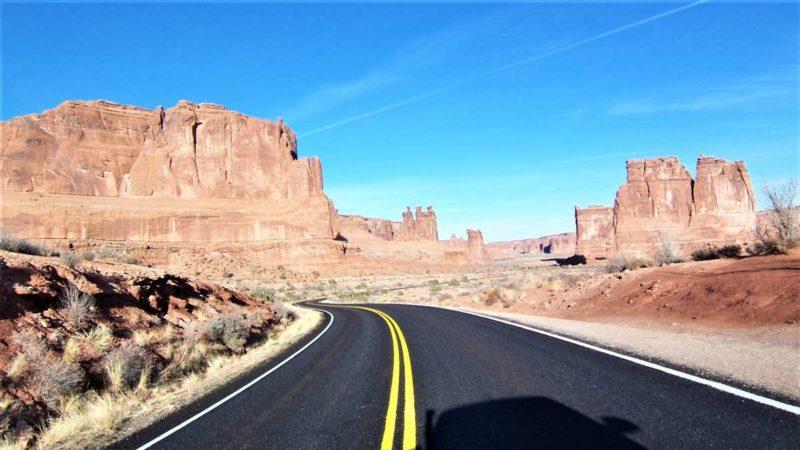 アーチーズ国立公園内の道路はすべて景観を楽しめるシーニックドライブになっている