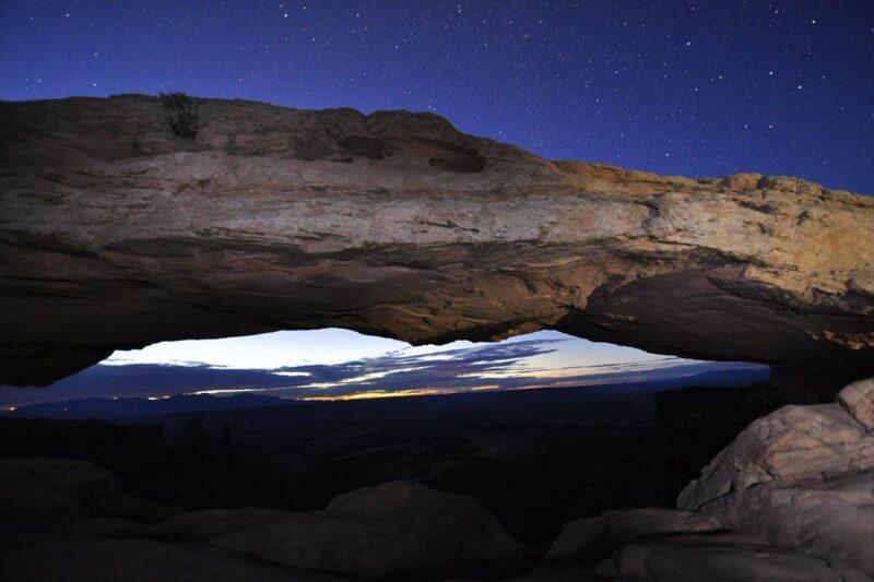 夜明け前のアーチの風景と星空