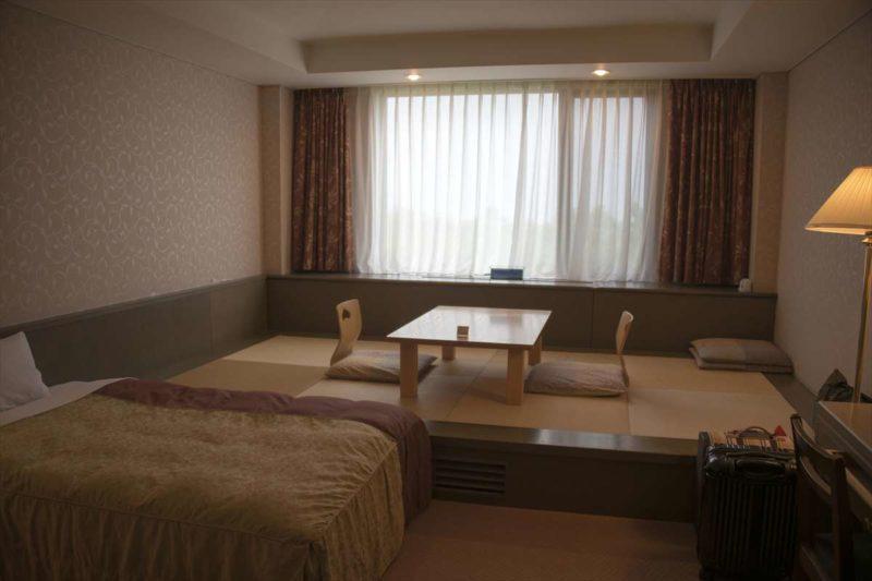 客室の内装イメージ、窓際が畳になっており、窓から富士山を眺めることができます