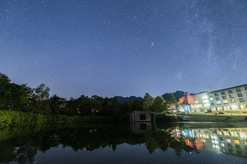 清里高原ホテルとからまつ湖の星空風景