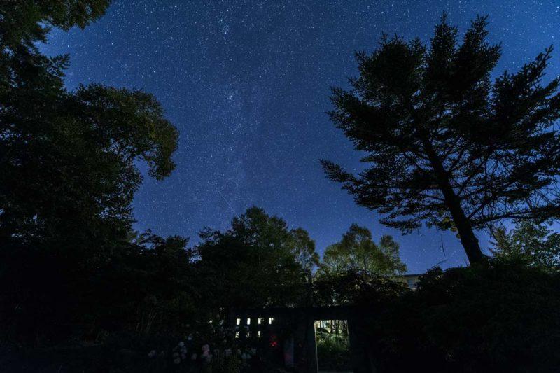 清里高原の満天の星空風景