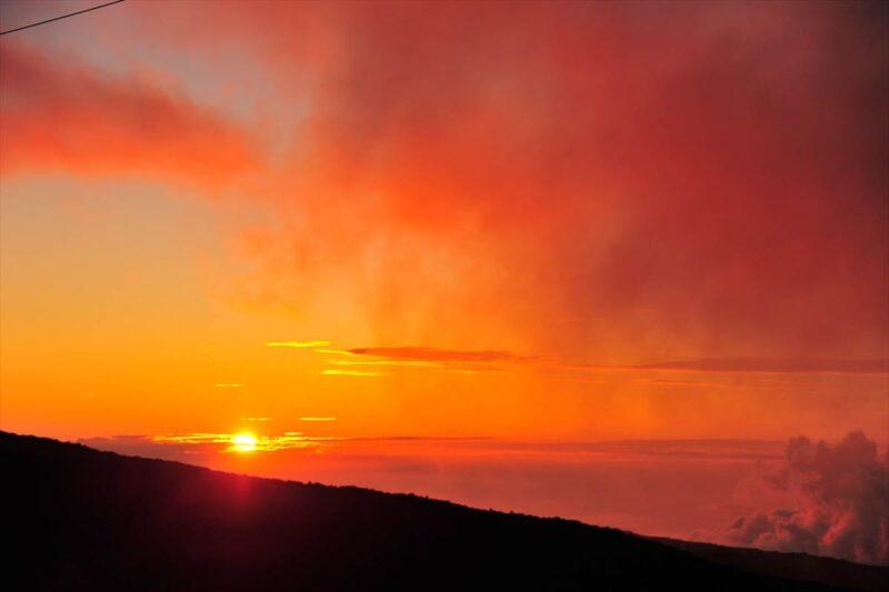 雲が赤く染まる夕日