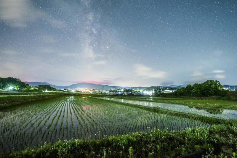 星空と田園の風景