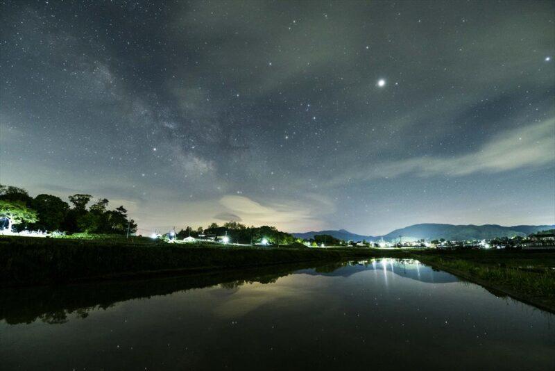 水面が反射した星空