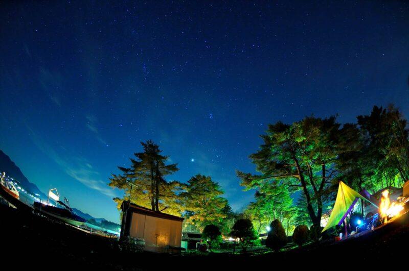 キャンプ風景と星空