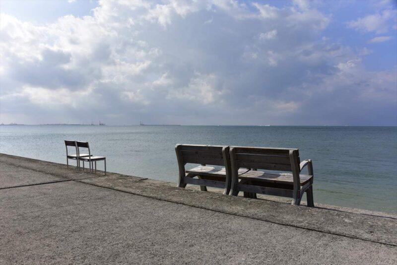 海沿いにあるベンチ